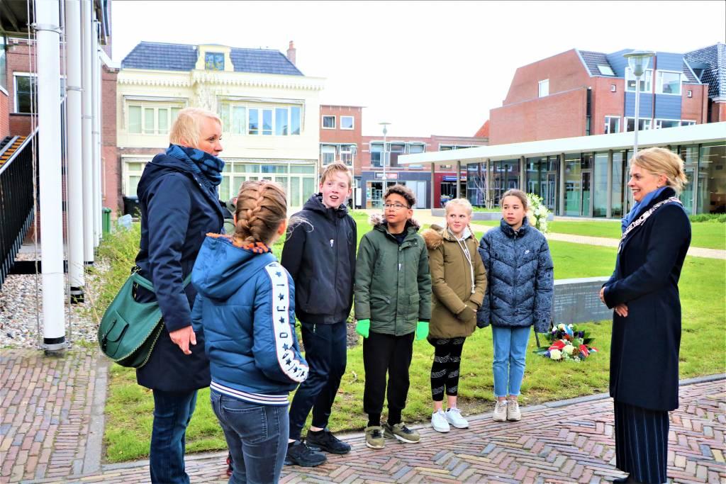 Burgemeester De Vries bedankt de leerlingen en juf Mulder voor hun bijdrage