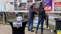 Politieke partij JONG op campagne in Sneek