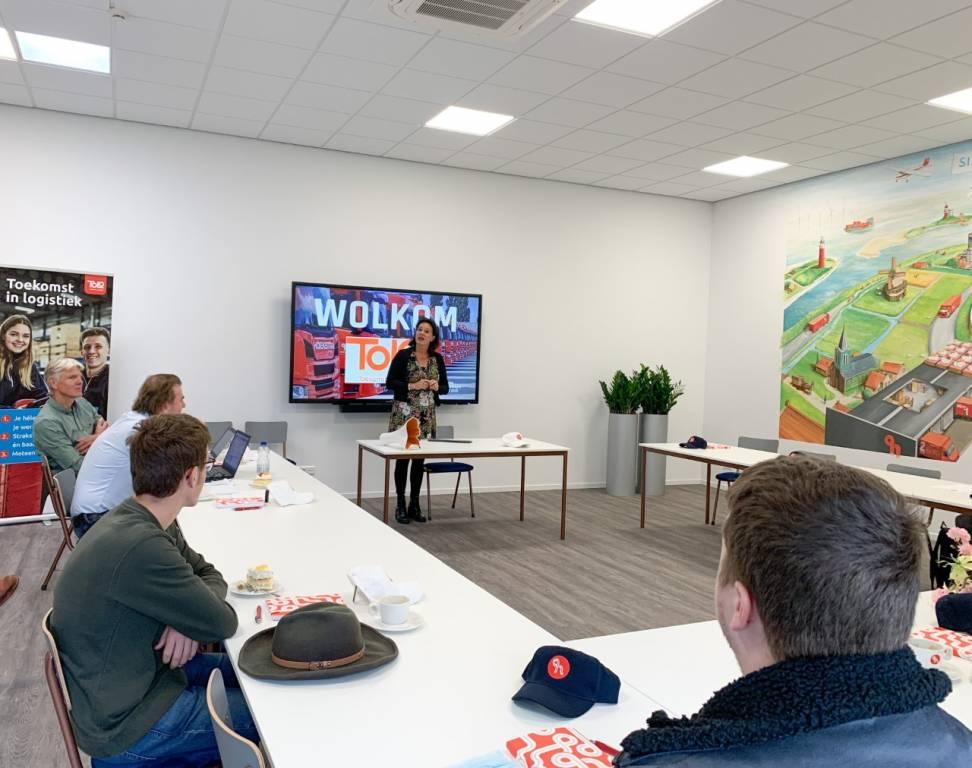 TOLO-leerlingen Tim Spoelman en Gerrit Tuinstra luisteren naar het welkomstwoord van directeur Lineke Kleefstra van ROC Friese Poort Sneek.