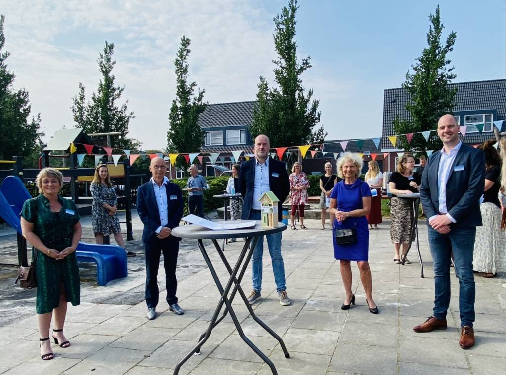 Op de foto v.l.n.r.: Mirjam Bakker (gemeente Súdwest-Fryslân), Joop Fortuin (Stichting Palludara), Ronald Keuning (Thuis-bij-Thea) Jeannet van den Akker (Kinderopvang Friesland) en Sybolt Kuipers (KBS Klaver Fjouwer).