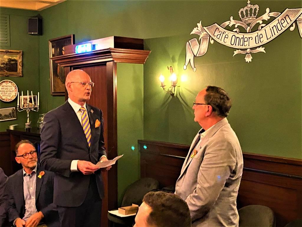 Bert Blaauw van de Koninklijk Bond van Oranje Verenigingen spreekt Dick Overeem toe