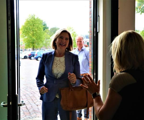 """Minister Cora van Nieuwenhoven op bezoek in Sneek: 'Geef de moed niet op voor de Lelylijn!"""""""