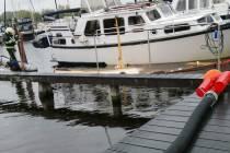 Boot zinkt in jachthaven van Sint Nyk