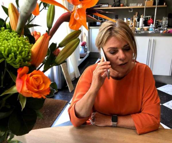 Burgemeester De Vries feliciteert de koning namens Súdwest-Fryslân