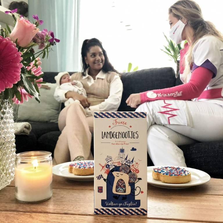 Friesland heeft vanaf heden eigen geboortebeleg; Friese Landgenootjes als rood, wit en blauw alternatief voor de welbekende roze en blauwe muisjes. Het eerste doosje werd vandaag uitgereikt aan de kersverse ouders van baby Hailey door kraamzus Geartsje Laanstra van de Friese kraamzorgorganisatie KraamZus.