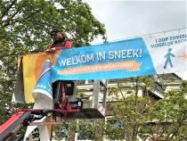 Sneek 75 jaar vrij banners vervangen door 1.5 meter afstand waarschuwing