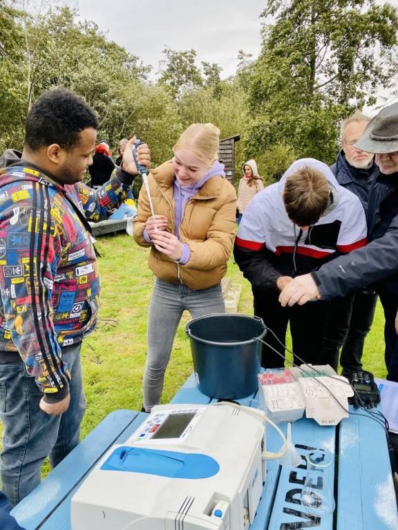 Studenten aan het werk op het Kameleon eiland in Terherne. Ze bouwen daar een eigen waterzuivering en doen daar diverse testen.
