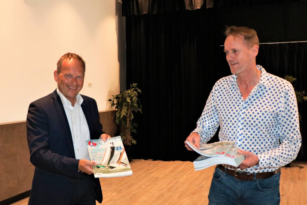 René Nagelhout heeft het eerste exemplaar van het SKS Skûtsje Journaal '21 in ontvangst genomen van uitgever Simon van der Let(rechts)