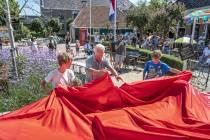 FOTO'S / Schrijver Hotze de Roos geëerd met Kameleon monument