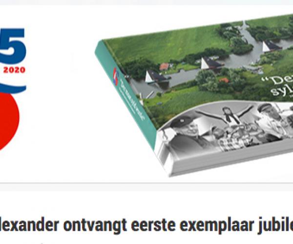 Koning Willem-Alexander ontvangt eerste exemplaar jubileumboek SKS