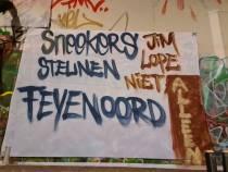 Sneker Feyenoordsupporters steunen hun club met spandoek