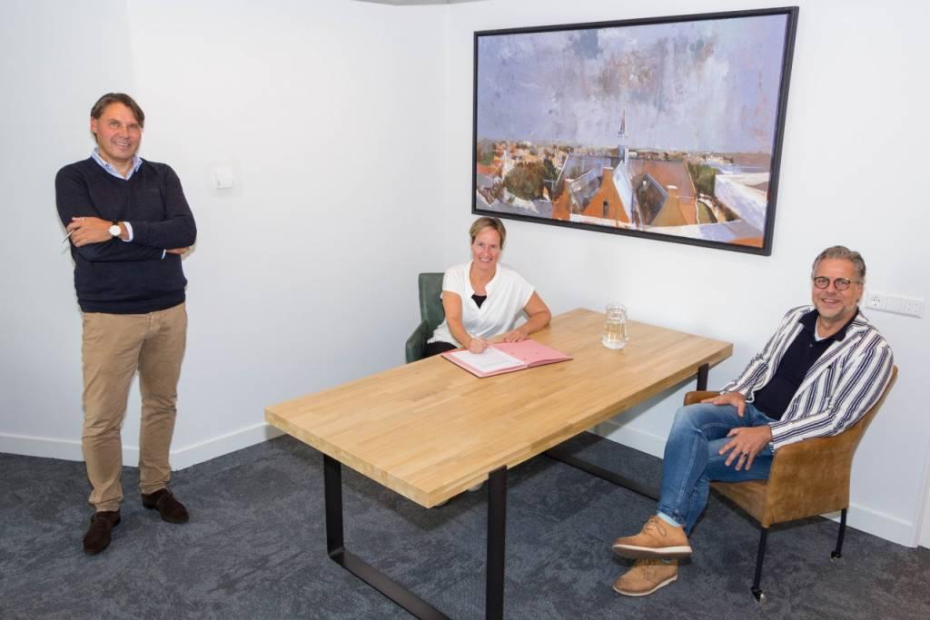 Wethouder Gea Wielinga van Súdwest-Fryslân wordt geflankeerd door Joost van Kimmenaede (links) en Erik Schot (rechts) van vastgoedontwikkelaar Blue Banner.