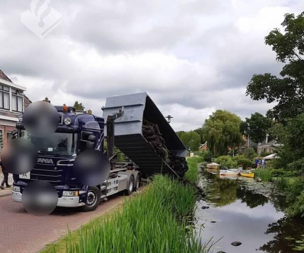 Container valf bij overladen van vrachtwagen in Oudega