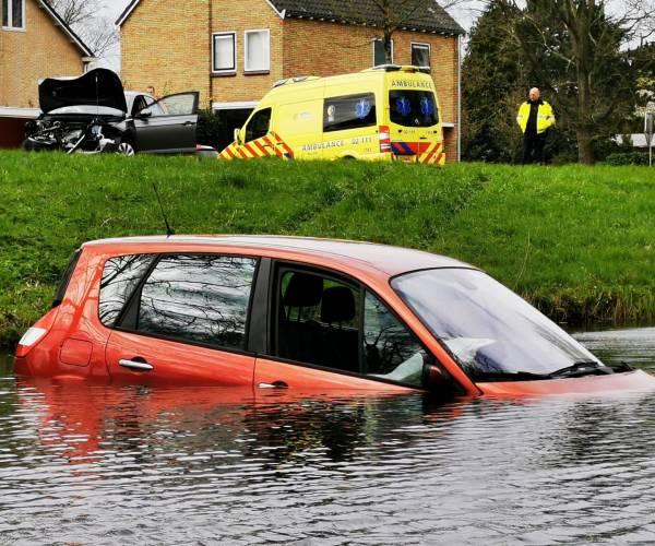 Hulpdiensten uitgerukt voor voertuig te water op Groenedijk in Sneek