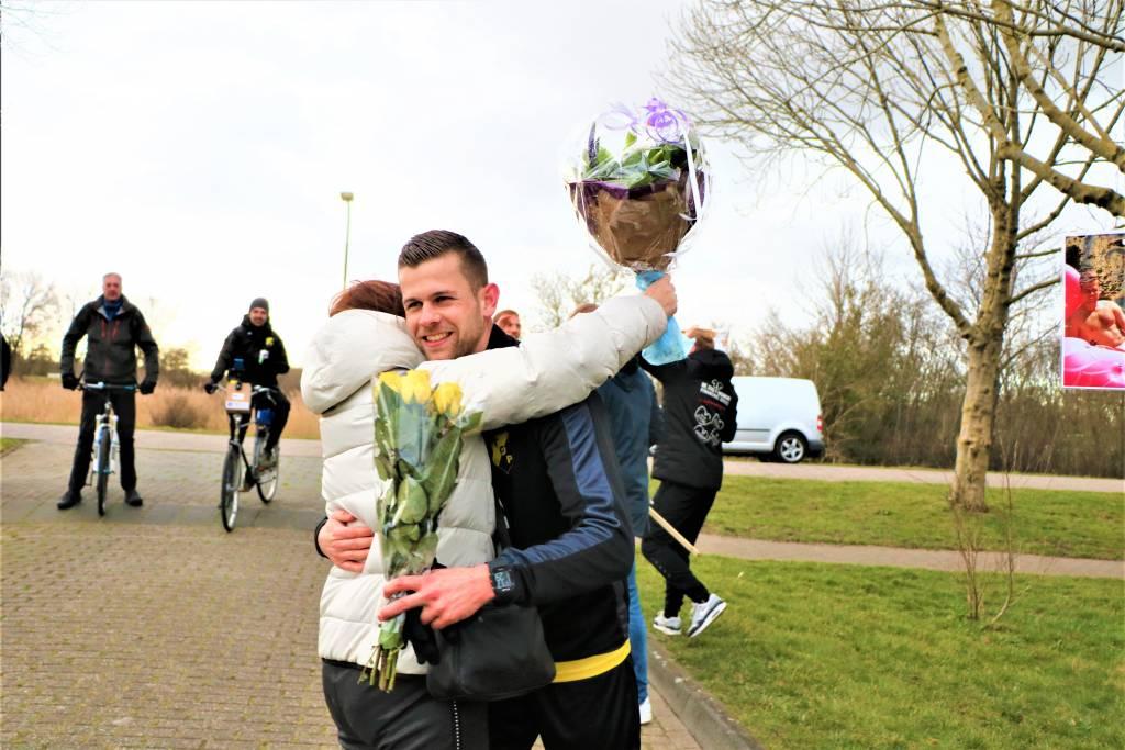 Susan Bos-Zijlstra omarmt haar zoon Lars