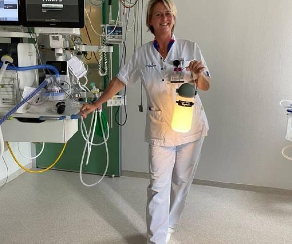 Bouwien van der Zweep ontvangt de Florence Nightingalelamp