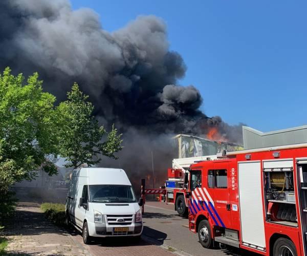 Grote uitslaande brand industrieterrein Bolsward lijkt onder controle