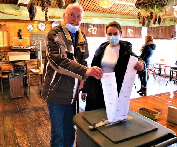 Pake Atze (91) en kleindochter Eva (19) stemmen gezamenlijk