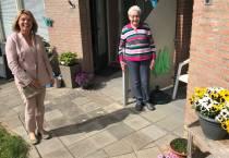 Zonnebloemdeelnemer verrast door afstandsbezoek burgemeester Jannewietske de Vries
