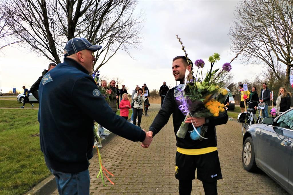 Voorzitter Pier van der Meer overhandigt de bloemen: Lars do bist in TOPPER!