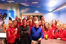 Volleybalteam Dames Sneek proeft van Lakenvelder ijs: 'Dit is ook eredivisie!'