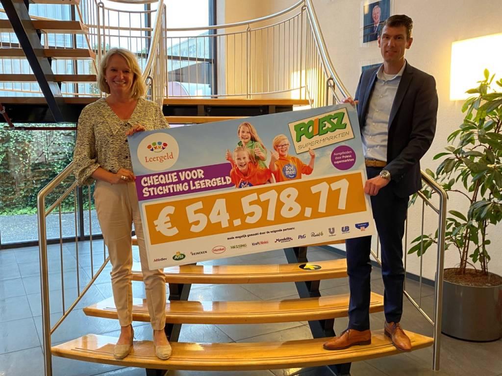 Henriette Aalfs (Stichting Leergeld) en Jan Hoitema (Poiesz Supermarkten)