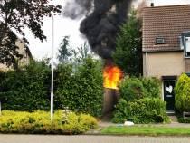 Brandweer heeft felle schuurbrand aan Akkerwinde Sneek snel onder controle