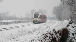 Tot zeker 10.00 uur geen treinen SNEEK- Op dit moment rijden er nog geen treinen: de ProRail start in ieder geval tot 10.00 uur het treinverkeer nog niet op in verband met het strenge winterweer en het groter wordende aantal storingen op het spoor. Dat is met name bij wissels het geval. Er zou zondag een aangepaste dienstregeling worden opgetuigd met minder treinen. Het geldt voor zowel NS als Arriva. Reizigers kunnen het beste de berichten op ns.nl, arriva.nl en de apps in de gaten houden.  Foto: RikertNijkamp (archief Treinreiziger.nl )