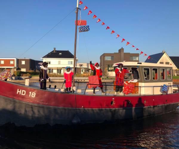 Sinterklaas bezoekt kinderen in wijk Houkepoort