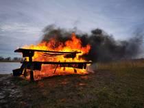 Picknicktafel gaat in vlammen op