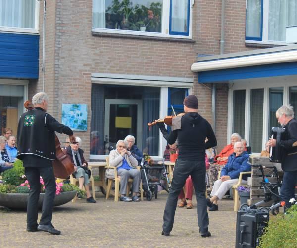 Een muzikaal en sportief hart onder de riem voor de bewoners van Nij Stapert in Wommels