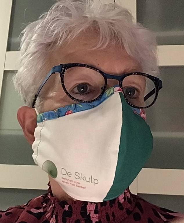 Gastvrouw Ida Wiersma is zeer handig met de naaimachine. Haar doel is 100 mondmaskers te maken voor De Skulp