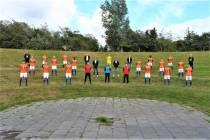 O.N.S. Sneek met de handen op de rug in de Arena van het Rasterhoffpark