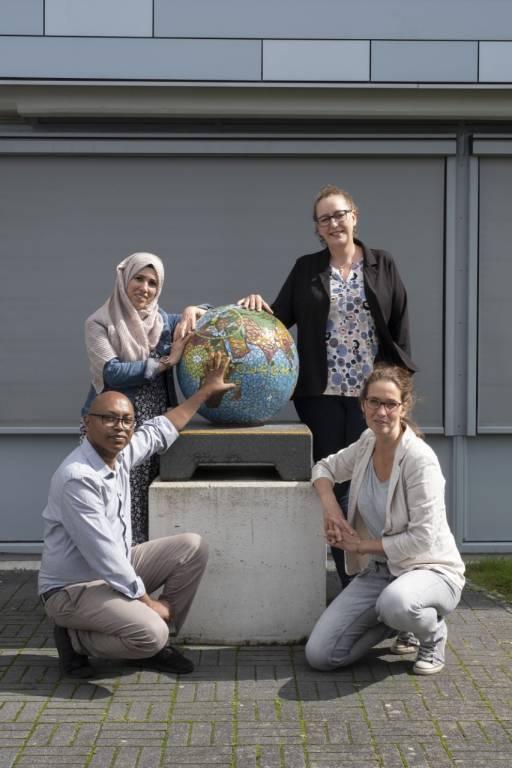 Kinana Dasouki linksboven; Kesete Ghebrezghi linksonder; Esther Schouten rechtsonder; Ellis Merkelijn rechtsboven