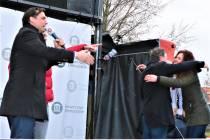 Handenschuddende Thierry Baudet op veemarktterrein in Sneek