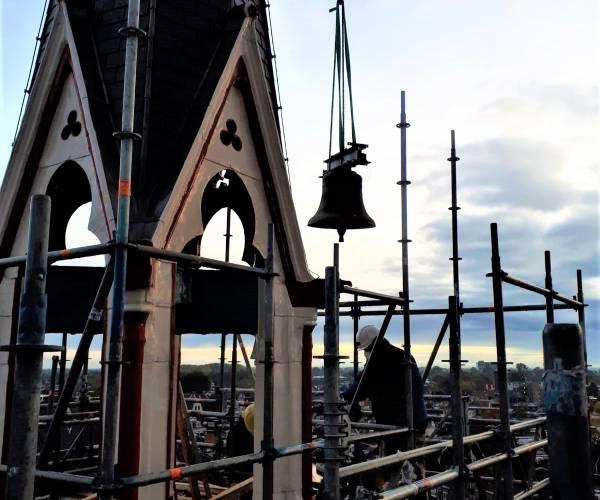 Martinusklok weer in de vieringtoren van de RK Sint Martinuskerk Sneek
