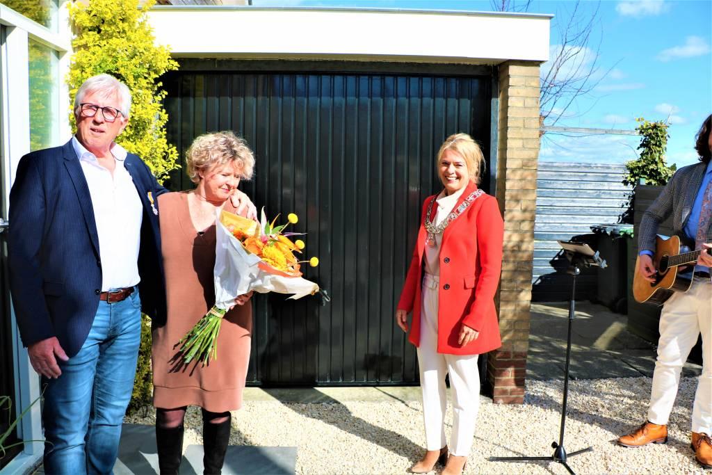 De heer Age Bootsma is een van de gedecoreerden uit de gemeente SWF.  Samen met zijn vrouw Wiepie en burgemeester De Vries