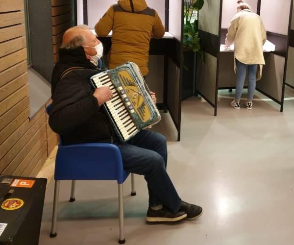 Accordeonist in stemlokaal ROC Friese Poort Sneek