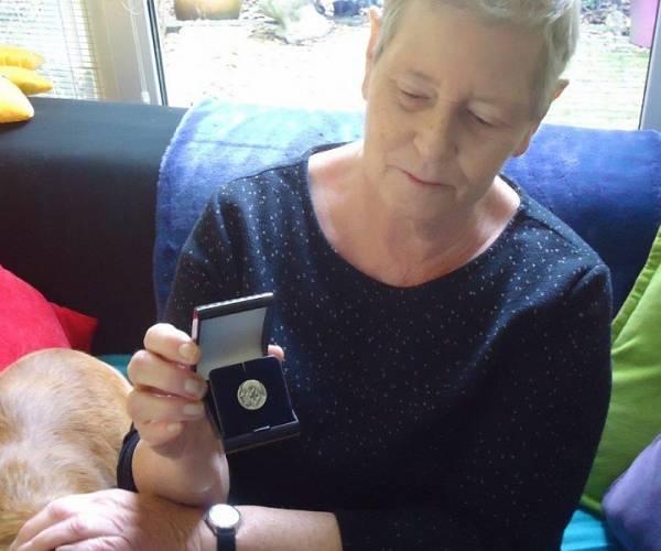 Onderscheiding Nederlandse Brandwondenstichting voor Gretha Schraa