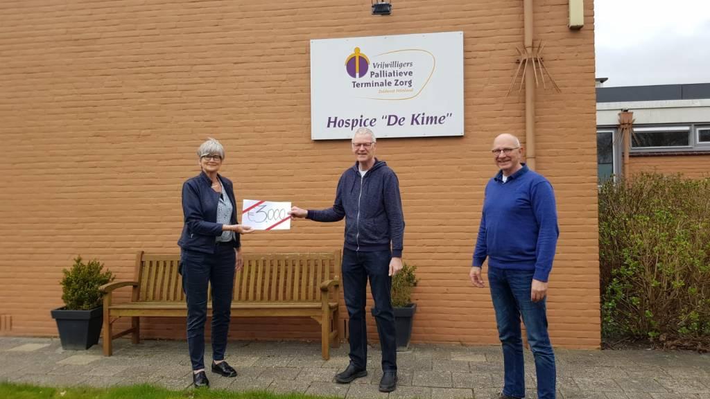 Willem de Schiffart (mi) en Douwe Hiemstra (re) overhandigen een symbolische cheque aan Cecile Wolke, bestuurslid VPTZ Zuidwest Friesland.