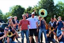 Jubilerende havenmeester Albert van der Kooi ontvangt serenade van de Heegemer Dekdweilers