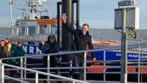 Ameland haalt nieuwe burgemeester Leo Pieter Stoel binnen met KNRM-boot