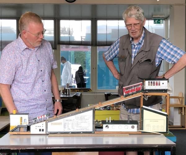 Schenking Sherlock Holmes hellingbaantje aan Modelspoor Museum Sneek