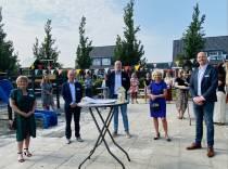 Wethouder Mirjam Bakker opent IKC Klaver Fjouwer in Oudega