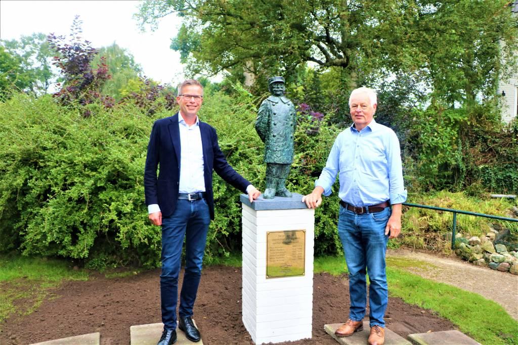 De twee nog in leven zijnde parkwachters Douwe de Groot, links, en Sjoerd Tigchelaar