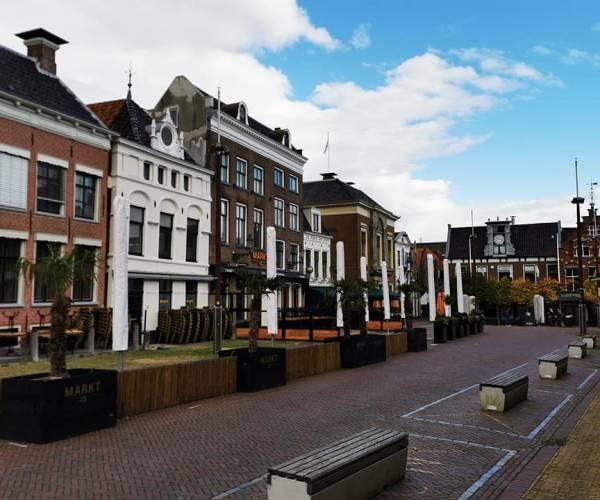 Verlaten terrassen in de Marktstraat