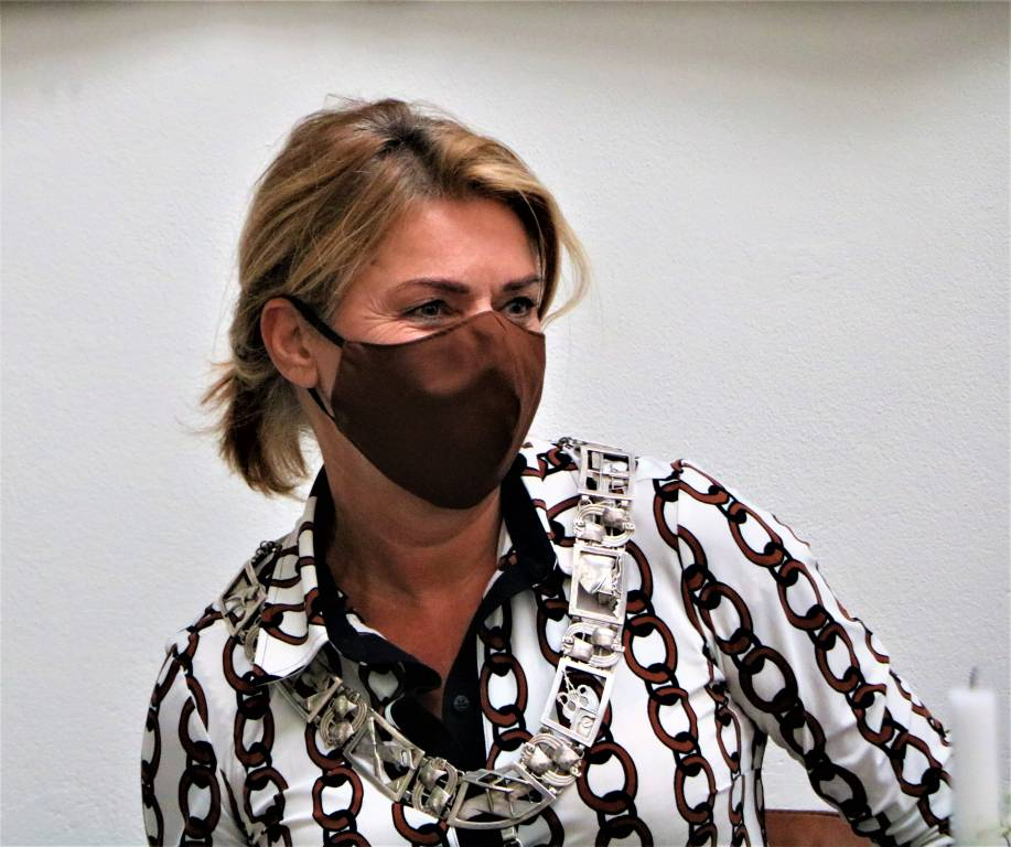 Burgemeester Jannewietske de Vries met bijpassend mondkapje