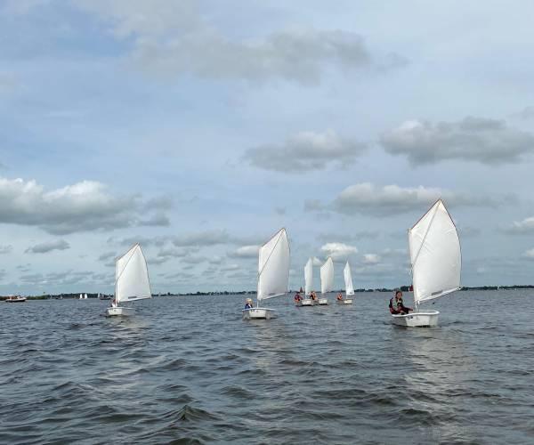 Kinderen in Optimisten trainen op Sneekermeer