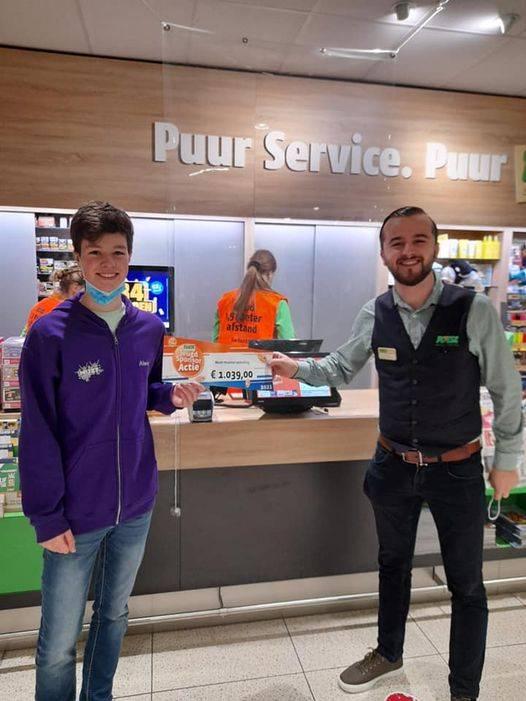 Alwin mocht namens MUZT een mooie cheque in ontvangst nemen in de Poiesz supermarkt aan het Boschplein