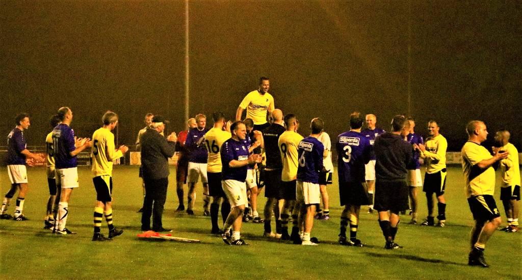 Een mooi eerbetoon voor Atze Atsma. Op de schouders van (oud)teamgenoten hoefde de clubtopscorer deze keer niet op eigen kracht van het veld af.